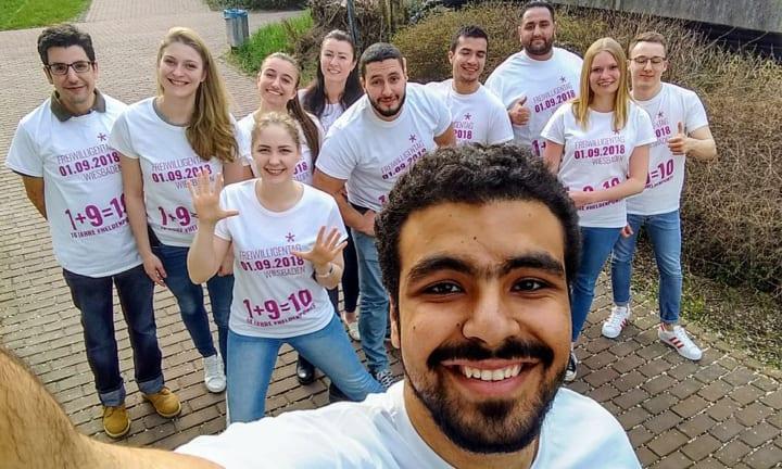 Team van het vrijwilligerscentrum en hun T-shirts met print