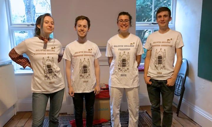 Elever på Selwyn College og deres førsteårs t-shirts