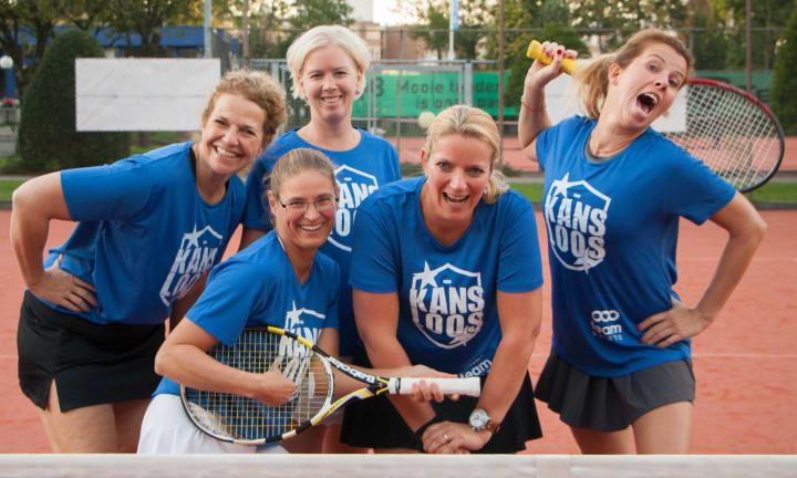 """Jentene i laget """"Chancenlos"""" og deres påtrykte T-skjorter"""
